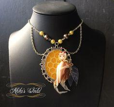 Collier chibi reine des abeilles sur son camé ruche par AkikosWorld