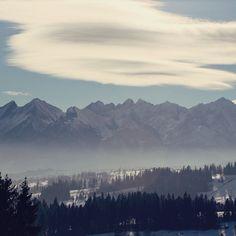 Essas nuvens sobre montanhas sempre dão show. Aqui o espetáculo é nas cordilheira Tatra na Polônia.  . . . #polonia #poland #polska #polskatravel #tatramountains #mountains #clouds #lenticular #cloudporn #sky #winter #travel #travelblogger #travelgram #travelphotography #instatravel #wanderlust #travelblog #traveltheworld #travelpics #travelphoto#viagem #turismo #dicasdeviagem#blogdeviagem #ferias