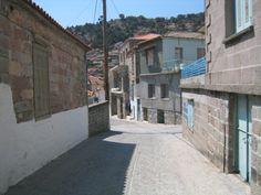 Lesbos Stypsi / ΣΤΥΨΗ Het bergdorp Stypsi ligt tussen Petra en Kaloni. Het is geen grote toeristische trekpleister, maar wel een plek om het dagelijks leven te voelen en te proeven.  Greece.com   lesbos-eiland.webs.com