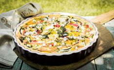 Stock photo - tasty vegetarian quiche on a summer picnic table outdoors with eggplant, eggs, cheese, tomato and herbs for a healthy lunchtime party snack Aubergine Mozzarella, Healthy Snacks To Make, Healthy Meals For Kids, Kids Meals, Quiches, Store Bought Pizza Dough, Vegetarian Quiche, How To Peel Tomatoes, Gazpacho