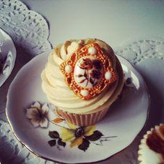 Vintage Vanilla cupcake by Juniper Cakery #junipercakery #cupcake #vintage #style #cake #cakes #gold #golden #weddinganniversary #goldenanniversary #vanilla #rose #handpainted