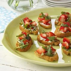 These strawberry brunch bruschetta is prefect for Easter!