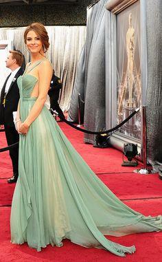 Alfombra roja Oscar 2012  Maria Menounos llega a la gala con un vestido vaporoso en tono verde agua.