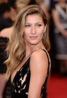 """Model Gisele Bündchen says that perfume advertising can be """"unattainable."""" Photo: Just one week after the premiere of her Chanel No. 5 campaign, Gisele is speaking out about truth in advertising. Gisele Bündchen, Gisele Hair, Blonde Balayage Highlights, Hair Color Highlights, Hair Color Balayage, Dark Blonde Hair Color, Brown Blonde, Dark Brown, Paulina Porizkova"""