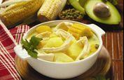 El ajiaco bogotano o santafereño consiste en una sopa de pollo que contiene diferentes tipos de papa y se puede servir sola o con crema de leche y alcaparras encurtidas.