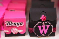 caixas em scrap personalizadas 15 anos. Fazem parte dos personalizados Scrap Festa Pink e Preto 15 Anos da Wenya...