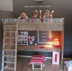 goedkope hoogslaper met bureau van steigerhout. bekijk dit bed in onze winkel in Milheeze