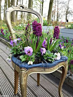10 Summer Upcycle Projects to do in the Sunshine - Upcycle My Stuff 10 Fun and Easy Upcycle Ideas to enjoy in the sunshine. From DIY sandals to, projects for your broken garden hose, beach balls and sunglasses. SEE DETAILS. Diy Garden Bed, Garden Art, Garden Design, Flower Planters, Flower Pots, Flowers, Garden Chairs, Garden Furniture, Chair Planter
