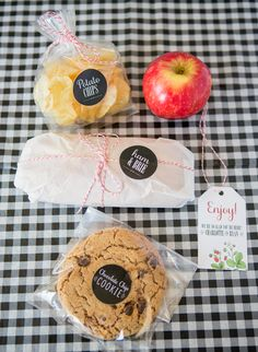 Create this adorable and affordable DIY boxed lunch for a picnic style or BBQ wedding! Thanks to our friends at Zazzle you can customize nearly everything! Picnic Box, Picnic Date, Picnic Lunches, Picnic Foods, Picnic Ideas, Comida Diy, Picnic Style, Food Packaging, Food Menu