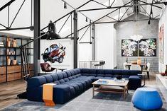 À Richmond en Australie, les décorateurs du studio We Are Huntly ont aménagé le luxueux loft d'un passionné d'art. Le résultat, un intérieur très raffiné ponctué d'éléments qui rappellent la construction de l'ancien entrepôt.