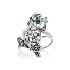 Módny prsteň na hodvábnu šatku alebo šál s motívom zvieraťa. Ozdoba nesie dekoráciu roztomilej žaby, ktorej telo je posiate perlami a oči sú vyrobené zo zeleného brúseného skla.