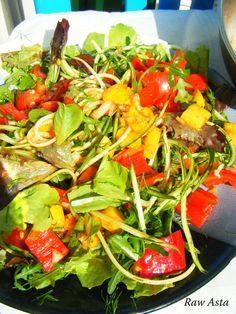Lekker pittig courgette-komkommer salade met een salsa van mango en tomaat ♥ Spiralized of julienne gesneden 1 courgette en 1 komkommer meng samen met de rucola of een mix van alle soorten slablaadjes, avocado en verse dille. Voor de salsa: 1 rijpe mango in blokjes gesneden 3 mid tomaten in blokjes Verse rode pepertje of cayennepeper gesnipperd Citroensap Handvol vers koriander ½ kleine ui gesnipperd Zeezout Voeg de salsa over de salade en meng goed met elkaar. Eet smakelijk!