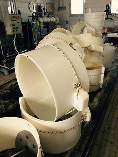 Le tipiche fascere che servono a dare alla cagliata la forma del Parmigiano Reggiano