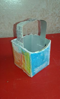 Cestino. Materiali: 1 cartone di tetrapak (latte) Abbiamo poi incollato sulle facce del cestino un foglio di carta bianca da far colorare successivamente alla bimba con le matite colorate.