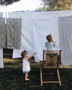 I'm not really a clothes line kind of person.basically because of my crazy schedule but they always looks so pretty.a freakin' good pic. Children Photography, Family Photography, Expo, Clothes Line, Washing Clothes, Family Goals, Little People, Country Life, Country Style