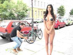 La modelo alemanaMicaela Schäferdecidió cumplir el reto deIce Bucket Challengedesnuda,pero digamos que solo le dio su propio toque, ya que no es la primera vez que esta escultural mujerse despoja de su ropa en las calles. El video que circula en internet tiene una versión censurada de la grabación, pero también existe en la página […]