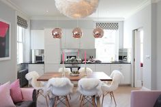 Rose Gold Home Decor Ideas.DIY decoration & design for bedroom, living room, etc.Best pink gold accents & accessories for your house. First Apartment, 2 Bedroom Apartment, London Apartment, Apartment Plans, Apartment Ideas, Home Staging, Rose Gold Kitchen, Teal Kitchen, Vintage Kitchen