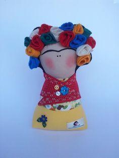 Boneca de pano estilização da pintora Frida Kahlo. Com 20cm, flores em feltro, enchimento em fibra siliconada e peso para manter em pé. Decora ambientes e diverte com suas cores R$ 68,00