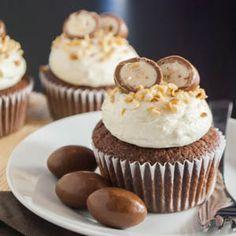 Kinder Schoko-Bons sind ja alleine schon super lecker und ein absoluter Süchtigmacher, aber diese Cupcakes setzten nochmal einen drauf. Schoko-Cupcakes mit einem eingebackenen Schoko-Bon, ein cremi…