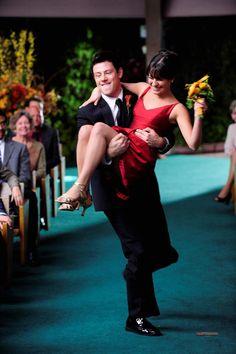 Finn Hudson (Cory Monteith) et Rachel Berry (Lea Michele) Glee Rachel And Finn, Finn Glee, Lea And Cory, Best Series, Best Tv Shows, Favorite Tv Shows, Tv Series, Glee Memes, Glee Quotes