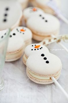 Christmas snowman (and snowwoman!) macaron cake pops (macaron on a stick). Christmas Sweets, Christmas Cooking, Christmas Goodies, Christmas Snowman, Homemade Christmas, Christmas Eve, Macarons Christmas, Christmas Wedding, Christmas Cupcakes