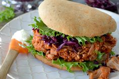 tips over koken met jackfruit Jackfruit Burger, Vegan Vegetarian, Vegetarian Recipes, Delicious Burgers, Salad Ingredients, Burger Recipes, Pulled Pork, Vegetarische Rezepte