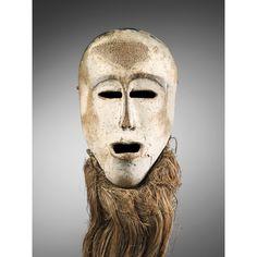 Masque, Léga, République Démocratique du Congo   Sotheby's -les grands masques idumu, exclusivement réservés au grade suprême de l'association du Bwami, sont portés selon les rites sur le visage ou sur le front, ou fixés sur une claie. Propriété collective de la communauté, ils sont placés sous la garde d'un kindi (initié) ainé, agissant pour plusieurs groupes de lignages rituellement liés. Leur nom - idumu/balimu - se réfère à la notion d'ancêtres, de pères défunts. Ils sont enfin...