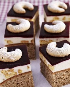 Raffiniert! Hier spielen die Vanillekipferl fast nur eine Nebenrolle ... http://kochen.gofeminin.de/rezepte/rezept_vanillekipferl-schnitten_312236.aspx