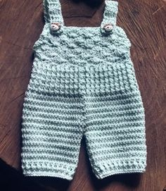 Crochet Baby Girl Overalls in Baby Dress Clothes, Knitted Baby Clothes, Crochet Doll Clothes, Baby Girl Crochet, Crochet For Boys, Newborn Crochet, Boys Summer Outfits, Kids Outfits, Baby Dungarees
