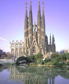 Barcelona...El Templo Expiatorio de la Sagrada Familia, conocido simplemente como la Sagrada Familia, es una basílica católica de Barcelona, diseñada por el arquitecto Antoni Gaudí. Iniciada en 1882, todavía está en construcción