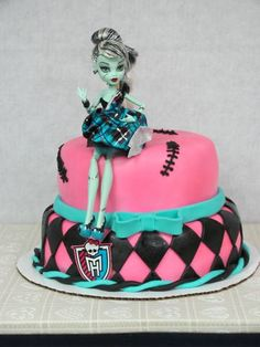 Monster High Cake - like it without the doll on top. Tortas Monster High, Bolo Monster High, Festa Monster High, Monster High Birthday, Monster High Party, Monster High Dolls, 10 Birthday Cake, Summer Birthday, Birthday Ideas