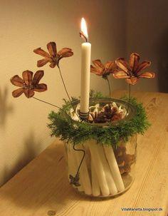 Hjemmelavet kalenderlys. Igen i år har jeg brugt min ide vedr. kalenderlys, hvor der bare er puttet 24 små juletræsl...