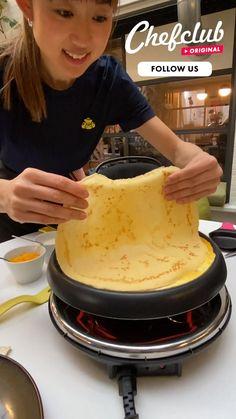 La bataille de la chandeleur ! Quelle recette de crêpe va gagner vos cœurs ? Plusieurs recettes créatives et amusantes des délicieuses crêpes, avec de la pâte à tartiner Chefclub (sans huile de palme), des oeufs, du fromage et du jambon. Découvrez la machine à raclette Chefclub ou nos emporte-pièces surChefclub.tv! Breakfast Tacos, Sweet Breakfast, Breakfast Dishes, Breakfast Casserole, Breakfast Recipes, Fun Baking Recipes, Dessert Recipes, Cooking Recipes, Confort Food