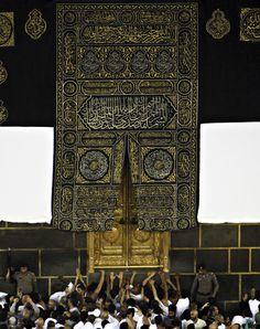 door of the Kaaba Mecca Madinah, Salat Prayer, Pilgrimage To Mecca, Masjid Al Haram, Mekkah, Islamic Architecture, Ap Art, Saudi Arabia, Islamic Art