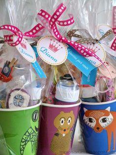 Detalles de cumpleaños realizados con vasos de papel. Una idea de envoltorio original y económica. Favor bags with paper cups