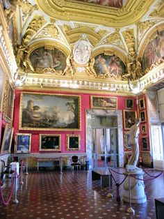 The Palatine Gallery hosts a vast collection of Renaissance paintings and neoclassic statues. The ceilings are decorated with impressive fresco paintings celebrating the virtues of the Medici Dukes.