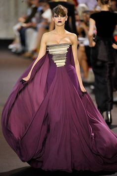 See the entire collection from the Stephane Rolland Fall 2011 Couture runway show. Stephane Rolland, Purple Fashion, Girl Fashion, Fashion Design, Fashion Details, Runway Fashion, Haute Couture Fashion, Couture Collection, Beautiful Gowns