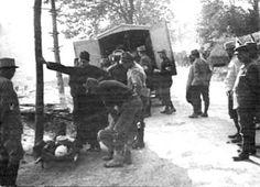 Chargement d'un blessé dans une ambulance. Médecins de la Grande Guerre -