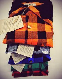 Koszule z głębokim kapturem, różne żywe kolory: czerwone, białe, zielone, niebieskie, pomarańczowe. Wykonane w mieście Łodzi w lokalnym Składzie Wyrobów Odzieżowych.