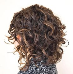 Mid-Length Curly Hairstyle with Curly Bangs A full set of thick and luscious bangs brings out all the best aspects of your medium curly hair, and the brown base color with dark blonde… Mid Length Curly Hairstyles, Medium Curly Haircuts, Long Face Hairstyles, Curly Hair Cuts, Bob Hairstyles, Curly Hair Styles, Natural Hair Styles, Curly Bangs, Braid Bangs