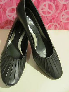 NATURALIZER    WOMENS NAVY BLUE    LEATHER PUMPS    BRAND NEW    SIZE 9N    LIGHTLY PADDED INSOLE    2 IN HEEL    PRETTY DESIGN ON TOP    VERY COMFY    GREAT QUALITY LEATHER    WHAT A WONDERFUL ADDITION    TO YOUR WARDROBE    FOR WORK OR AN EVENING OUT