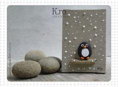 Ce mini chassis en coton est composé d'un petit pingouin peint à la main sur un galet de Provence, collé sur un bois flotté. le cadre mesure 10 x 7 cm. Cette création est un - 4225305