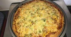Mennyei Házi pizzatészta, egyszerűen recept! Mi nagyon sokszor szoktunk összegyűlni kajázni, szülinapokon/névnapokon egy évben. Ilyenkor általában pizzát eszünk, amit házilag készítünk el. Így mindenki olyan pizzát készít magának, amilyet szeretne és közben, amíg elkészül a pizza, jókat beszélgetünk. Sok pizza tésztával kísérletezgettem már, de eddig ez volt az, ami a legjobban bevált nekünk. Egyrészt azért, mert gyorsan meg van, kevés alapanyag kell hozzá és másrészt azért is, mert é...