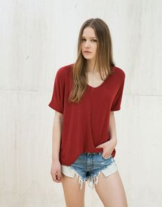 Shirt kurzärmlig mit V-Ausschnitt. Entdecken Sie diese und viele andere Kleidungsstücke in Bershka unter neue Produkte jede Woche
