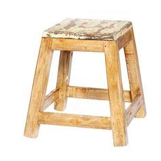 Banqueta cuadrada de madera reciclada con el asiento pintado en blanco decapado. De estilo rústico y aire vintage resulta una banqueta robusta de las de toda la vida, que tanto nos puede servir para sentarnos como utilizarla de mesilla auxiliar. $28,50 €