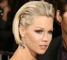 Os Cabelos Curtos não necessitam de grande manutenção, são super práticos  Puxar o cabelo para trás é um optimo truque para quem  pretende um look glamoroso! SAIBA MAIS EM :https://sites.google.com/site/cabelos2015/penteados/cabelos-curtos