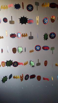 Painel de Fios Super Herois    São 12 fios individuais de 1,20m cada um, total 14,40 metros para montar seu painel de até 1,50m ou decoração aérea de até 2m.    Cada peça possui molde exclusivo e corte especial, com itens dos personagens Thor, Homem de Ferro, Capitão América, Batman e Hulk.    De... Hulk Birthday Parties, Superhero Birthday Party, Sons Birthday, Halloween Activities, Halloween Fun, Marvel Nursery, Avengers Birthday, Batman Party, Birthday Decorations