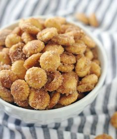 This Salty Churro Toffee Snack Mix is insanely delicious and highly addictive. You won't be able to stop at just one handful. I've been dying to share this recipe for Sweet & Salty Churro Toffee Sna Oyster Cracker Snack, Oyster Crackers, Snack Recipes, Cooking Recipes, Candy Recipes, Appetizer Recipes, Savory Snacks, Fall Recipes, Yummy Recipes