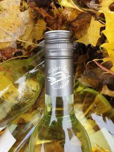 Der neue Weinjahrgang 2020 ist in der Flasche. Und seit einigen Tagen ist der steirische Jungwein - der Junker - bei uns auch im Glas. Der neue Weinjahrgang 2020 aus der Steiermark. Der original, steirische Junker. Der Herbst. Der Junker. Zwei Dinge die zusammengehören.   Seit mittlerweile mehr als 20 Jahren gibt es den steirischen Junker. Es werden mehr als 400.000 Flaschen Junker in diesem Jahr produziert.