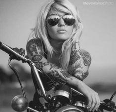 23 Trendy Motorcycle Photography Women Pin Up 23 Trendy Motorrad Fotografie Frauen Pin Up Motorbike Girl, Motorcycle Style, Motorcycle Gear, Womens Motorcycle Fashion, Motorcycle Couple, Girl Bike, Motorcycle Tattoos, Women Motorcycle, Lady Biker